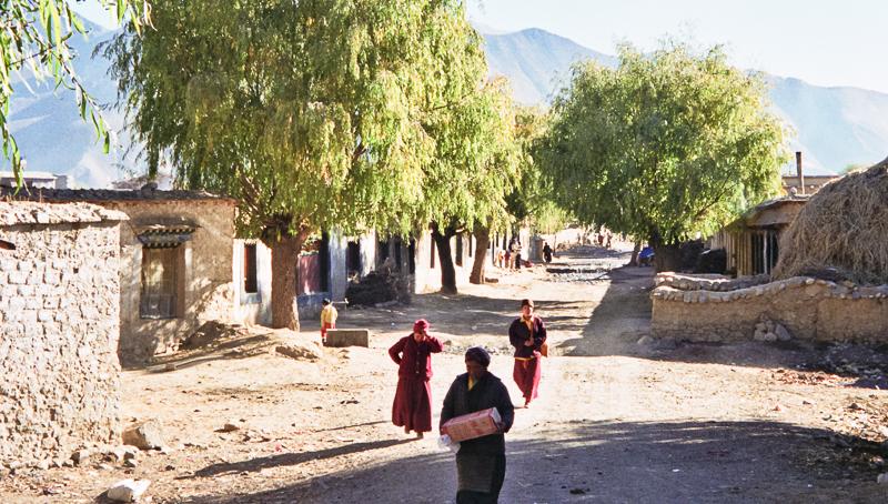 9-alan-humphris-tibet-outside-samye